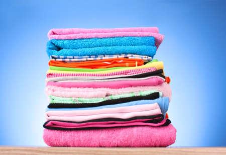 umyty: Stos kolorowe ubrania na niebieskim tle