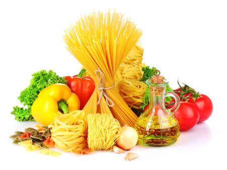 dieta saludable: sabrosa fideos, espaguetis y hortalizas aislados en blanco Foto de archivo