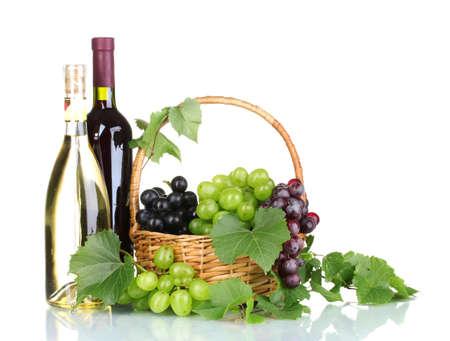 Uva rossa matura e vino nel cestino isolata on white