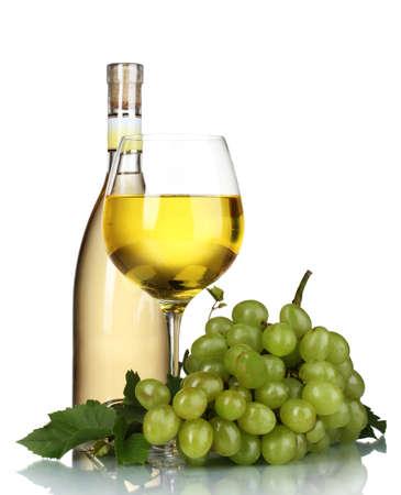 hojas parra: Uvas maduras, Copa y botella de vino aislado en blanco