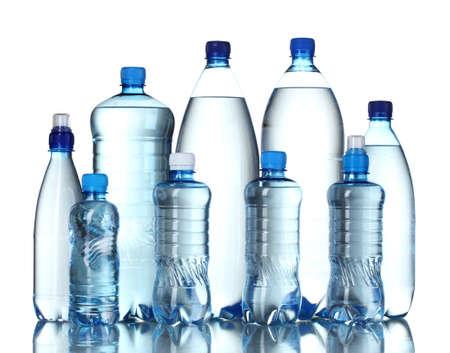kunststof fles: Groep plastic flessen water op wit wordt geïsoleerd