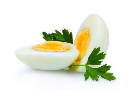 huevo cocido sabroso y perejil aislado en blanco