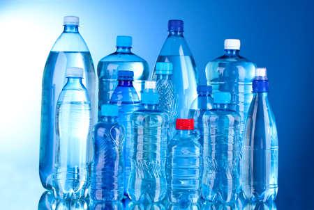 Bouteilles en plastique Groupe d'eau sur fond bleu