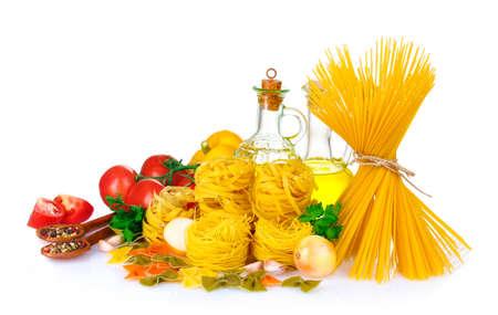 ajo: sabrosa fideos, espaguetis y hortalizas aislados en blanco Foto de archivo