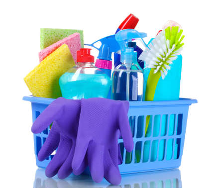 uso domestico: scatola piena di prodotti per la pulizia e guanti isolati su bianco Archivio Fotografico