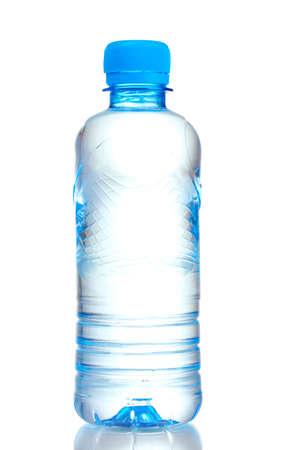 kunststof fles: plastic fles met water op een witte Stockfoto