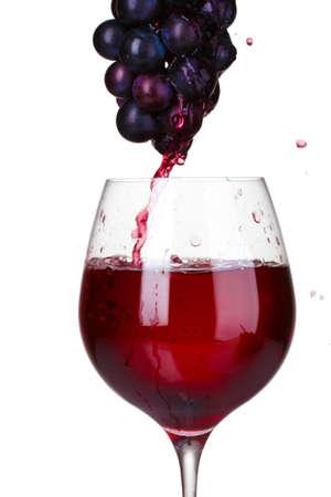 wine pouring: Versando nel bicchiere vino bianco e uve isolate on white