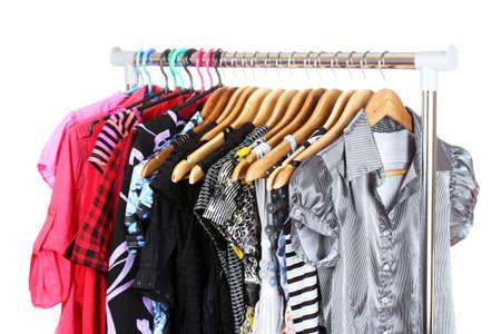ropa de verano: diferentes tipos de ropa en perchas aislados en blanco