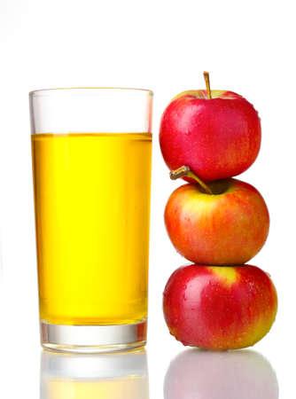 jugos: Zumo de manzana deliciosa en vidrio y manzanas aislados en blanco