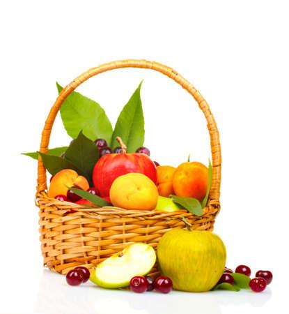 fruits d'été savoureux dans backet isolé sur blanc