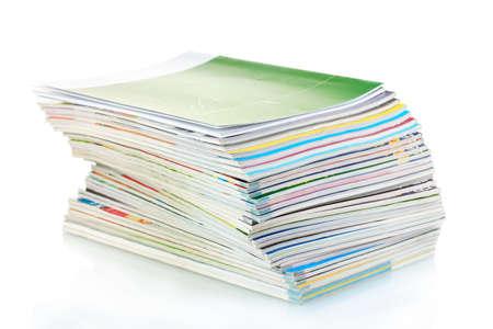 reciclaje papel: Pila de revistas aislados en blanco