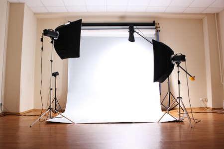 조명기구와 빈 사진 스튜디오