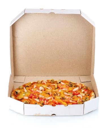 caja de pizza: Deliciosa pizza de mariscos en envases aislado en blanco Foto de archivo
