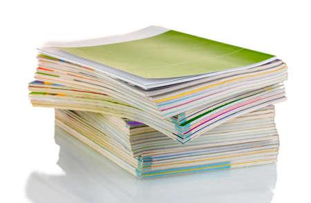 informait: Pile de magazines isol� sur blanc