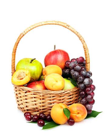 canasta de frutas: sabrosas frutas de verano en backet aislado en blanco