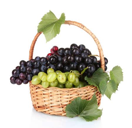 cesta de frutas: Madura las uvas rojas en la cesta de aislados en blanco