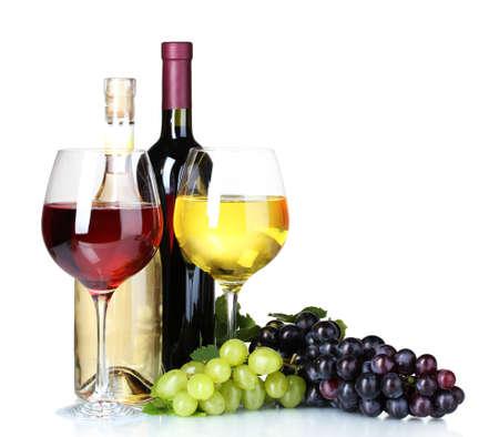 Rijpe druiven, wijn glazen en flessen wijn op een witte