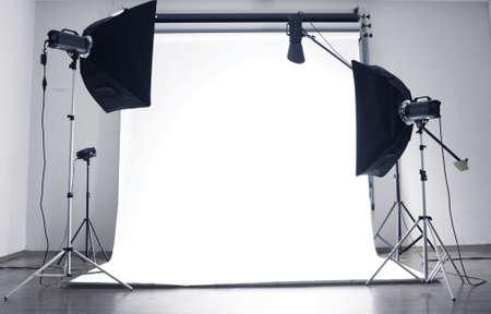 мода: Пустые фотостудии с осветительным оборудованием