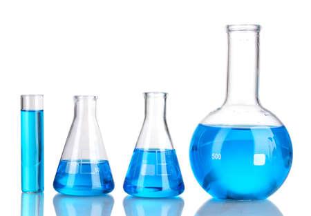 Tubes à essai avec un liquide bleu isolé sur blanc