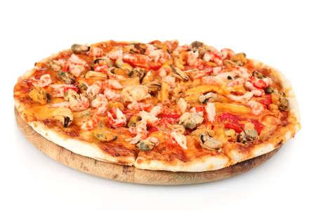 참 새우: 흰색에 고립 된 나무 스탠드에 해산물 맛있는 피자