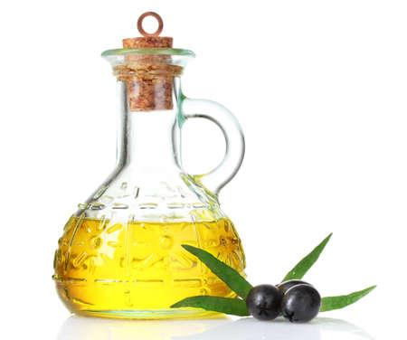 olio di oliva e olive isolato su bianco Archivio Fotografico