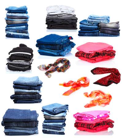 bufandas: collage de las pilas de ropa y bufandas de las mujeres. aislado en blanco Foto de archivo