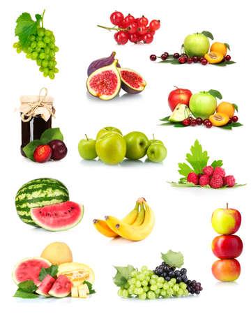 corbeille de fruits: collage avec des fruits d'�t� savoureux et des baies isol�es sur blanc Banque d'images