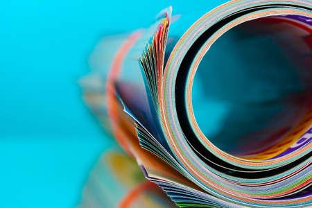 Opgerolde tijdschriften op blauwe achtergrond