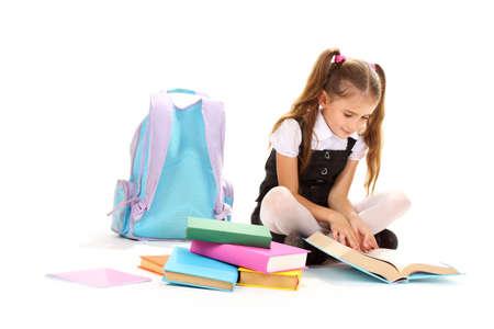 bella bambina, libri e uno zaino isolato su bianco Archivio Fotografico