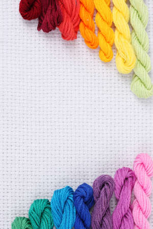 cornrows: hilos de coser de algod�n bordado en blanco Foto de archivo