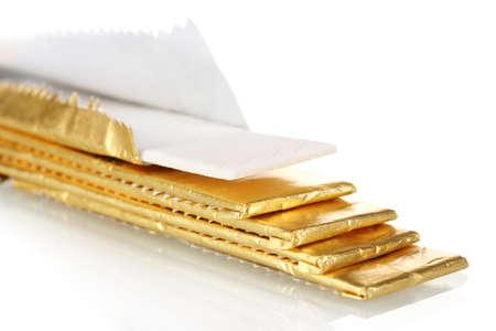 goma de mascar: gomas de mascar envuelta en hoja de oro, aislado en blanco Foto de archivo
