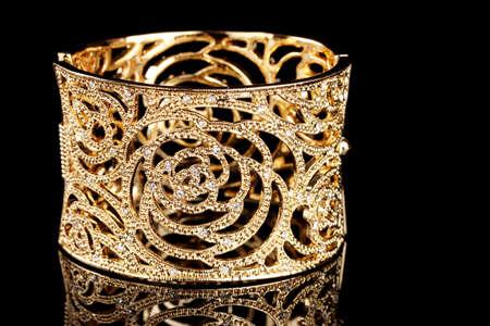 bijoux diamant: beau bracelet dor� sur fond noir