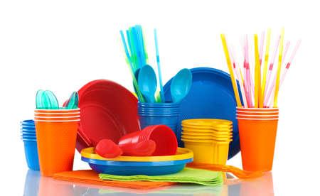 kunststoff: Helle Plastikgeschirr und Servietten isoliert auf wei�