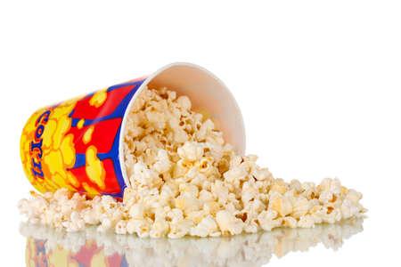 popcorn: Secchio pieno di popcorn caduto isolato su bianco
