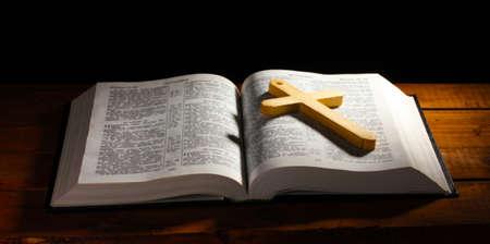 bible ouverte: Russie ouverte sainte bible avec croix de bois sur la table