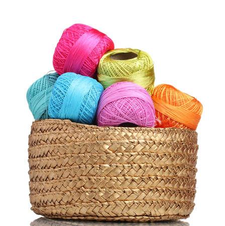 Hilos brillantes para tejer en la cesta aislada en blanco