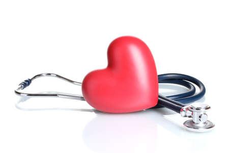 enfermedades del corazon: M�dico estetoscopio y el coraz�n aislado en blanco