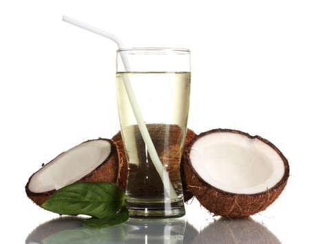 tomando jugo: Jugo de coco y el coco aislados en blanco Foto de archivo