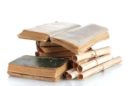 Stapel alter Bücher und scroll isoliert auf weiß