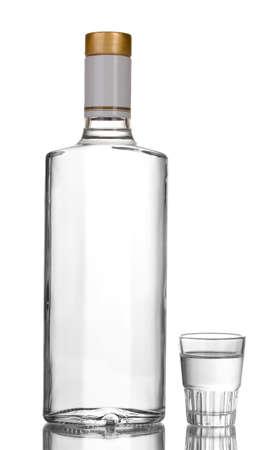 bottle liquor: Una botella de vodka y copa de vino aislado en blanco