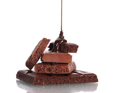 Scheiben von Vollmilch-und dunkle Schokolade gegossen Schokolade isoliert auf weiß Standard-Bild