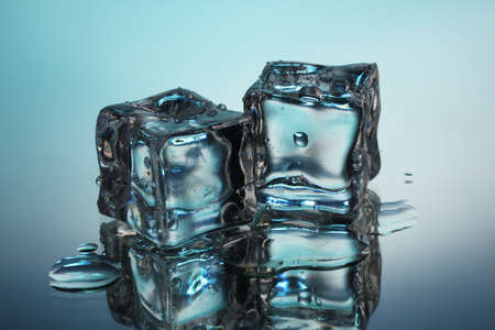 melting ice: Derritiendo cubitos de hielo sobre fondo azul