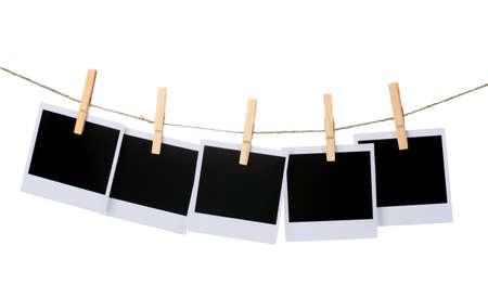 Carta fotografica appesa al clothesline isolato su bianco