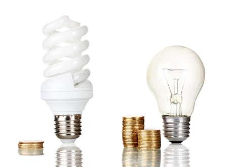bombillo ahorrador: La comparación de las bombillas ordinarias con lámpara de ahorro de energía aislados en blanco