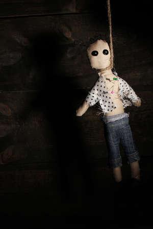 ahorcada: Muñeco vudú niño ahorcado en el fondo de madera Foto de archivo