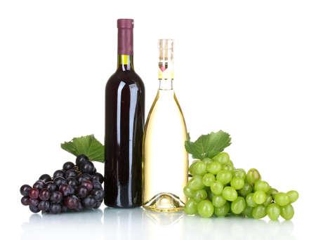 uvas: Uvas maduras y botellas de vino aislado en blanco Foto de archivo