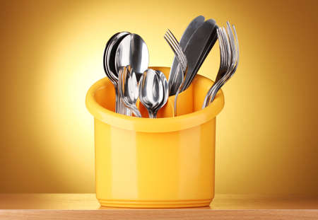 Gele Keuken 6 : Keuken bestek messen vorken en lepels in het geel staan âu20acu2039âu20acu2039op