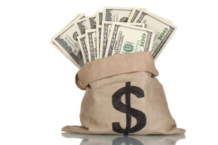 mucho dinero: Una gran cantidad de billetes de cien dólares en una bolsa aislada en blanco