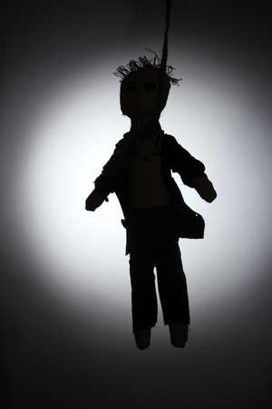 ahorcada: Muñeco de vudú ahorcado niño-novio en fondo gris Foto de archivo