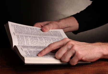 open life: Lectura abierta ruso Santa Biblia en la mesa de madera Foto de archivo